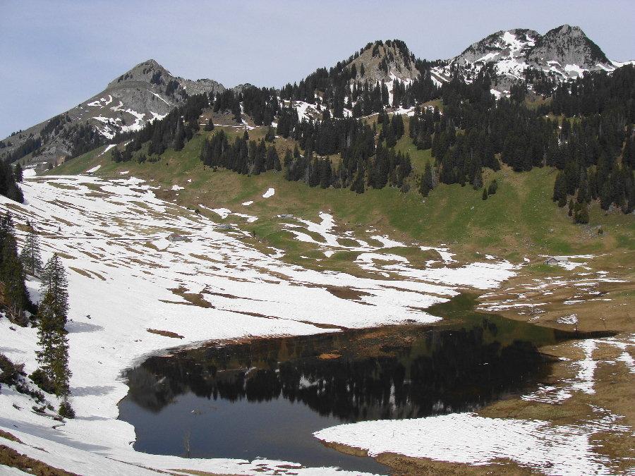 Aufnahme der Alp Hintergräppelen vom 10. Mai 2009. In der Senke hat sich ein temporärer See ausgebildet. Bild mit freundlicher Genehmigung von User Ivo66 / hikr.og